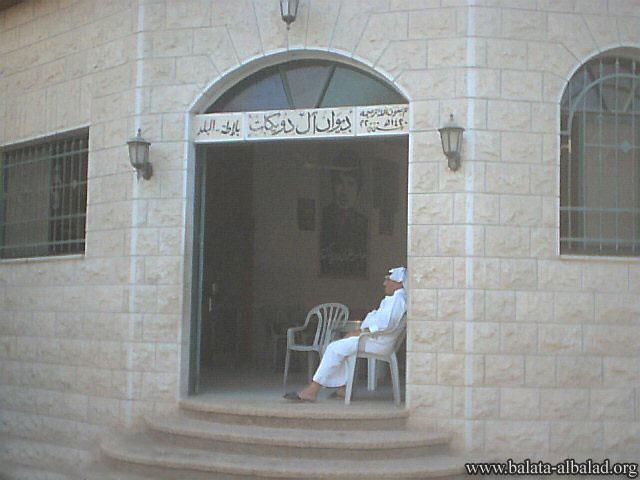 ديوان عائلة دويكات ويظهر في الصورة أبو جعفر؛ المسئول عن الديوان (الصورة في 20 حزيران 2004)